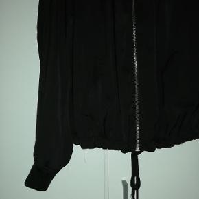 Sort let bluse jakke fra H&M i str 42, brugt flere gange men i fin stand.