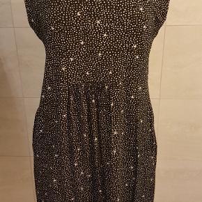 Smuk masai kjole str xl Måler ca 50 i taljen, men der er elastik så kan reguleres lidt Bryst 45 cm Hofte 61 Længde 98