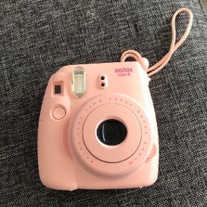Sælger mit instax mini 8 polaroid kamera, da jeg ikke længere får det brugt  En smule skadet hvor batterierne sættes i, som også ses på et af billederne, hvor jeg har sat tape på Men ikke noget med større betydning  Fragt: ca. 35kr  BYD