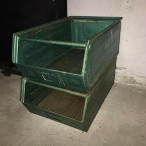 3 stk grønne metalkasser med patina. Kan bruges som en del af indretningen eller til opbevaring i garagen.  Har selv brugt dem i hjemmet til sko. Skal afhentes i Aalborg øst eller kan tages med på strækningen mellem Aalborg og Bælum.
