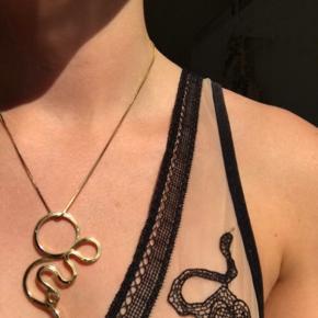 Sophie Bille brage x Ganni collection.  statement vedhæng til halskæde Guldbelagt  Bud er ved MobilePay og køber betaler Porto med DAO