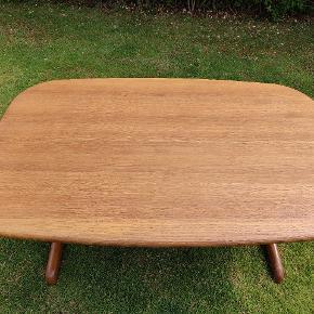 Solid sofabord i oliebehandlet massiv eg. Dansk produceret. 135x84x54cm. Diskret hylde til spil, fjernbetjeninger o.l. Ingen hakker eller pletter. Renset og behandlet med professionelt produkt for nyligt.