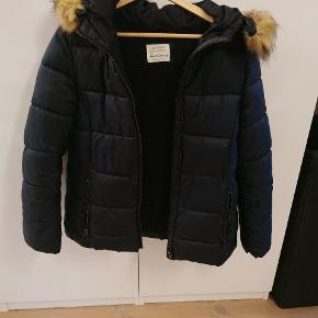 Sælger denne fine vinterjakke fra zara Der er ingen tegn på slid, pletter eller huller. Pelsen kan knappes af og på