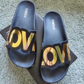 Sandaler med guld skrift Fra The White brand Plateau: 4 cm