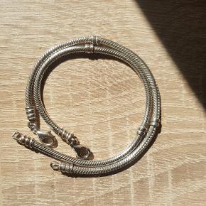8 Forskellige led til Pandora armbånd.   - Næsehorn  - Barnevogn  - Biblen  - Tvillingerne stjernetegn - vædderen stjernetegn  - Musling - Hjerte    Sælger også armbånd  på 18 cm og 20 cm.  Kan sendes som alm. brev via Post Nord for 10 kr.