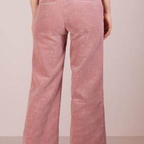 Alonso pants. Fine rosa fløjlsbukser. Kun brugt få gange. Har ikke været vasket. Sælges stadig til 1599 på Boozt Talje 2x40 Længde 103 Kun salg via køb nu Fast pris Ingen foto m på