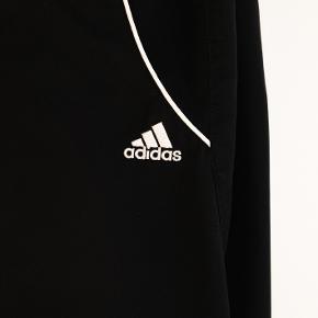 Sælger dette par udendørs træningsbukser fra Adidas. Har kun været prøvet på, da jeg ikke endte med at få dem brugt til at løbe.  Kan sendes på min regning!