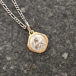 Maria Black kæde som kan justeres i længde. 925 Sterling silver Vedhæng købt i Nice, Frankrig. 925 Sterling silver belagt i guld