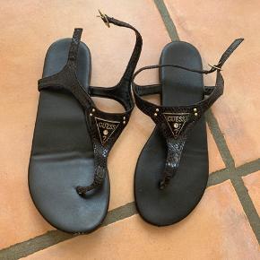 Købte disse sandaler for 4 år siden brugt meget få gange. Sålen er meget skrøbelig derfor alle de sten mærker. Men ellers en rigtig god sandal i ægte læder.