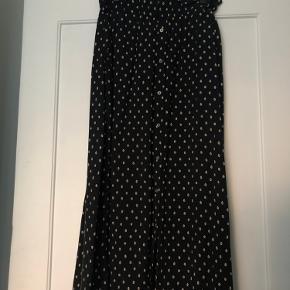 Fin prikket nederdel med elastik i taljen og tilhørende bindebånd i samme stof. Brugt nogle gange, men i fin stand ☺️