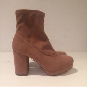 Forever 21 støvler i imiteret ruskind. Brugt 2 gange.   Style: Sockboots #trendsalesfund !  Alle varer under 500 kr.: Køb 3, få den billigste gratis✨  Fall // boots // støvler // ruskind // wedges // heels // 🍂