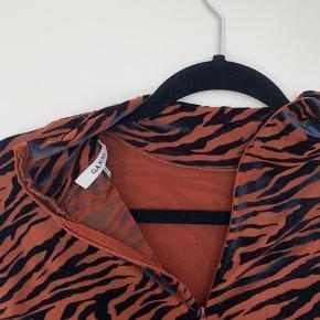 """""""Ganni Adrian"""". Festlig, rustrød bodystocking med blåt zebramønster i velour fra Ganni. Har to hasp-muligheder i låsen forneden.  Jeg er åben for bud på prisen.  Sig til hvis du ønsker flere billeder :-)"""