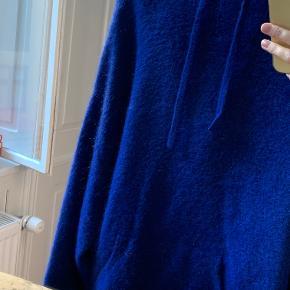 Stort set aldrig brugt. Passer alt fra en S-L, da den er stor i størrelsen. Lækkert materiale i den sejeste blå farve.