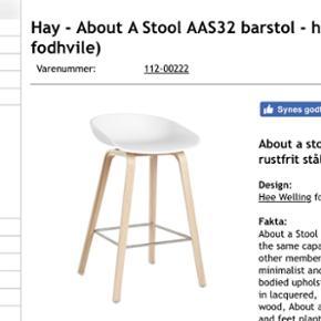 Barstol fra HAY. Den høje model. Sæbebehandlet eg. Hvidt stolesæde.