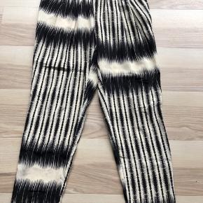 Mønstrede bukser med foer og elastik i livet fra DAY Birger et Mikkelsen woman. God stand og ikke brugt ret meget. Lille i størrelsen.  Yderstof: 100% silke Foer: 100% viskose Indvendig benlængde: 76 cm.