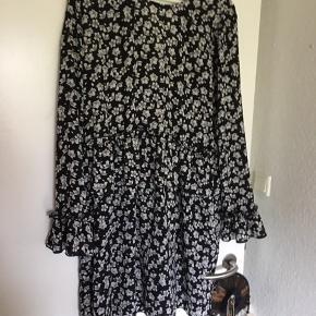 Rigtig sød kjole fra Envii den er sort med hvide blomster og flæser