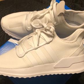Spritnye Adidas sneakers, aldrig brugt, kassen medfølger.. str. 44 2/3. Kom med et bud?