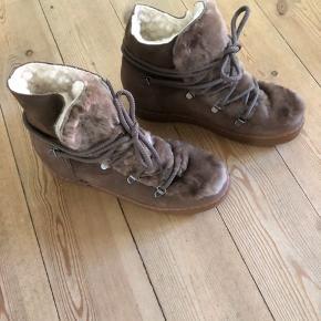 Billi Bi vinter støvler, helt nye - brugt to timer. Jeg sælger med for min veninde, de sælges med brun pels.  Respekter venligst at jeg ikke bytter og køber betaler porto samt gebyr ved tspay (både sælger og købers).  Kommer fra ikke ryger og ikke dyre hjem.