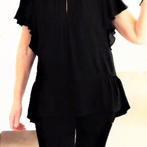 Bluse, NewLilly, str. 36, Sort, 100 % polyester, Ubrugt  Bluse/ tunika  Super flot og rigtig smart sort bluse fra NewLily i 100 % polyester  Sender gerne hvis køber betaler fragt 37 kr
