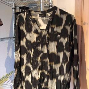 Rigtig fin skjorte med fint mønster og en lille udskæring ved brystet. Jeg kan ikke se str. I skjorten, men den er enten xl eller xxl