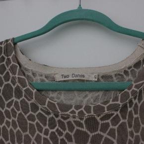 Skøn blød kjole i lys brun med hvid. Bindebånd. Længde 96 cm. Lidt længere bagpå. 50 cm over bryst, men stoffet giver sig.