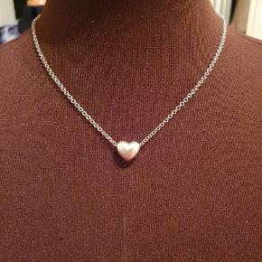 Halskæde med fint hjerte I sølv (925) Længde 46 cm Pris 150,- pp