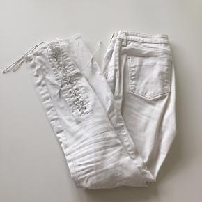 Hvide bukser med snore fra Zara. Brugt et par gange, så de fremstår som nye. Ny pris 250 kr.