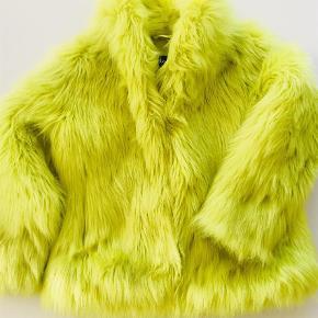 Fuldkommen fantastisk lækker faut fur pels i lime grøn. Pelsen minder mest af alt om James P. Sulivan i Monsters Inc. filmen.  Knappes med hægter og har to lommer. Modellen hedder Hester.   Nypris 798 kr.  Jakke Farve: Lime
