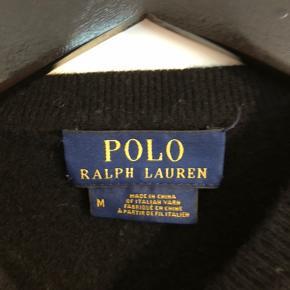 Sælger denne Polo Ralph Lauren sweater i 100% cashmere! Den er oprindeligt str medium men er skrumpet en del i vask:( Den har et lille hul bagpå som man ikke lægger særlig meget til, og man kan godt se at den er brugt. Skriv endelig hvis du har spørgsmål;) PRISEN ER TIL FORHANLING🥰