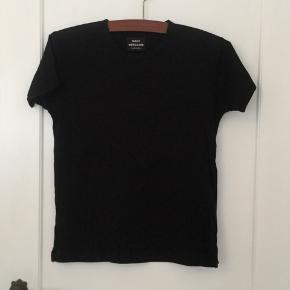 Sort t-shirt fra Mads Nørgaard. T-shirten er helt ny, men mangler sit tag.