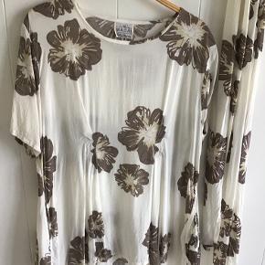 Hvid med brune/beige blomster og løst tørklæde. A-form. Passer str. 42/44.