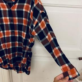 Ternet skjorte/skjortekjole i blå/orange farver, så fed!