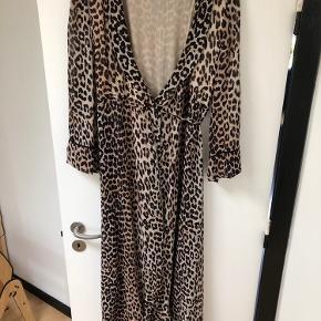 Flot leopard slåom kjole fra Ganni. Små udtræk i den ene side nederst - ses ikke når man har den på (se billede). Bytter ikke