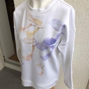 Skøn bluse fra Designers Remix med fint print. Modellen hedder Pear Sweat. Materialet er 50% polyester, 35% viscose, 13% nylon og 2% spandex. Mål er: Brystmål: ca. 2*53 cm Længde: ca. 65 cm Den er kun brugt et par gange og er i fineste stand :-) Min. pris 200 plus porto