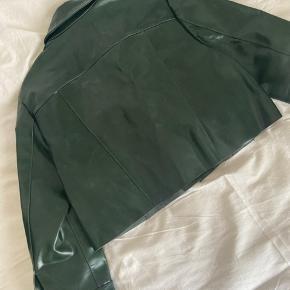 Ægte skind, med 'vinyl' coat Passer en S-M