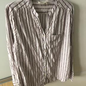 Så fin skjorte fra Fine Cph.  Str L Har været vasket og brugt 3-4 gange. Fejler intet.  MP : 100,-kr 😊 Køber betaler fragt   BYTTER IKKE