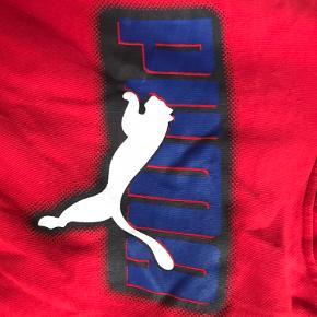 Fed vintage Puma hættetrøje købt i en genbrug i Barcelona. Det er en drenge størrelse large, men sidder fedt på mig en small.  Bare skriv med spørgsmål eller bud