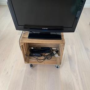 Kasse med hjul. Kan fx bruges som tv møbel. Byd.
