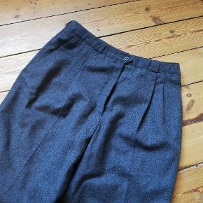 Vintage Spotlight højtaljede bukser i 60% uld, med læg foran og meget lange ben. En størrelse 42, men små i størrelsen, passer nærmere en M⭐