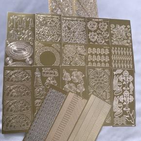 Virkelig smukke gyldne ark fyldt med stickers, som er ubrugte.     Købet her indeholder i alt 20 stk. ark, som jeg sælger samlet til en meget lav pris.     Stickers kan bruges til dekoration af kort, navnekort m.m.   Hvert ark måler 20*10 cm