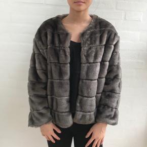 """Super lækker """"pels jakke"""" fra Zara, rigtig fin har dog et hul i nakken se sidste billede, derfor sælges så billigt Skriv for flere billeder"""