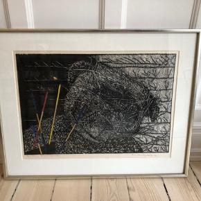 Sjovt træsnit m bamse og mikadospil. 78x62 cm m flot sølvgrå træramme. Kunstner: Anne Marie Mejlholm - 1986.