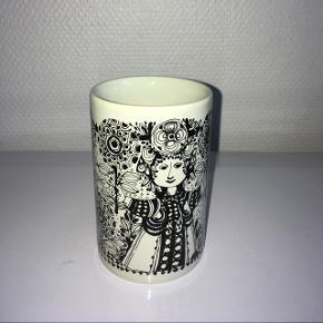 Bjørn Wiinblad Flora vase (sort). Højde: 10 cm. - Diameter: 6,5 cm.  Mindstepris: 140 kr.