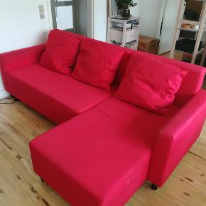 Brugt men stadig fin, rød sovesofa fra Ikea.  Er brugt 2-3 år, og har brugsspor, men fungerer stadig fint som både sofa og sovesofa.  Nypris: 2549 kr.  Pris: kom med et bud. :)  Skal bæres ned fra 1. sal - men kan skilles i to dele.