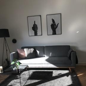 Sofa fra Sofacompany.dk med god siddekomfort. Materiale er i 67% uld, 26% nylon og 7% polyester.  Den er 202 cm. lang, 79 cm. høj og 61 cm. dyb.   Fremstår helt ny og sælges grundet fejlkøb. Nypris var 6.000kr.   Sælges for 4.650 kr. eller et seriøst bud. ☺️