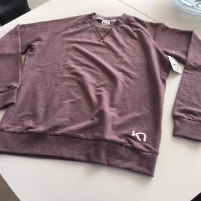 Super lækker bluse jeg ved ikke hvad farven hedder så har bare skrevet rød men farven ligner meget  Billederne den er ny med tags og aldrig brugt kun prøvet den passer mig desværre ikke da jeg har tabt  Mig meget 😊😊