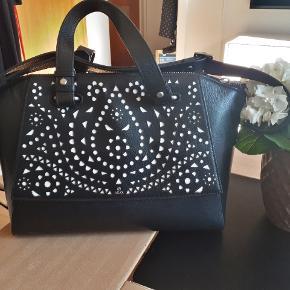 Super lækker taske fra Adax. Brugt sparsomt, derfor stortset  ikke tegn på brug.  Måler ca 39*25*16