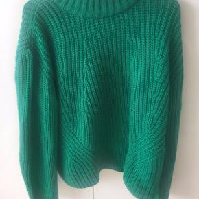 Flot grøn strik med høj hals, så man holder varmen! Sælges da jeg kun har haft den på en enkelt gang, og den er for fin til at ligge i skabet.