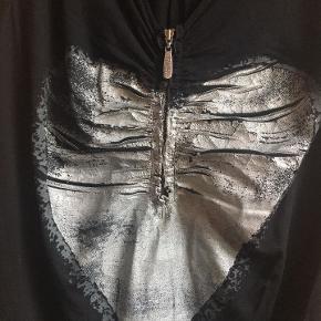 super flot sort top / bluse fra Carla Du Nord, str. S (36) med skønt sølvhjerte - Lynlås, kan lynes ned i hjertet så kavalergang kan synes efter behov. blusen er i elastisk viscose, dejlig blød. 93 % viscose 7 % elastan Hjertet er lavet af en slags gummi+glimmer bud fra 165 kr + evt. forsendelse  *Handel kan foregå kontant, via TS, bankkonto & Mobilepay