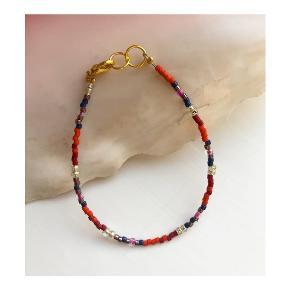 Perlearmbånd  Rød, bourdeaux,lilla, pink og blå perler (billede 2) Lås: messing Mål: 16,5-17,5 cm Prisen er inkl Porto med postnord